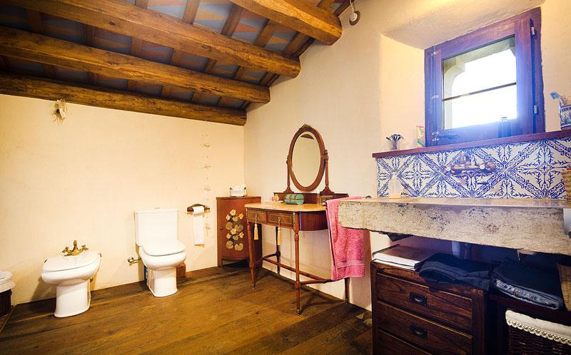 Masia-Restaurada-Cerca-de-Girona-Bano-Restaurado