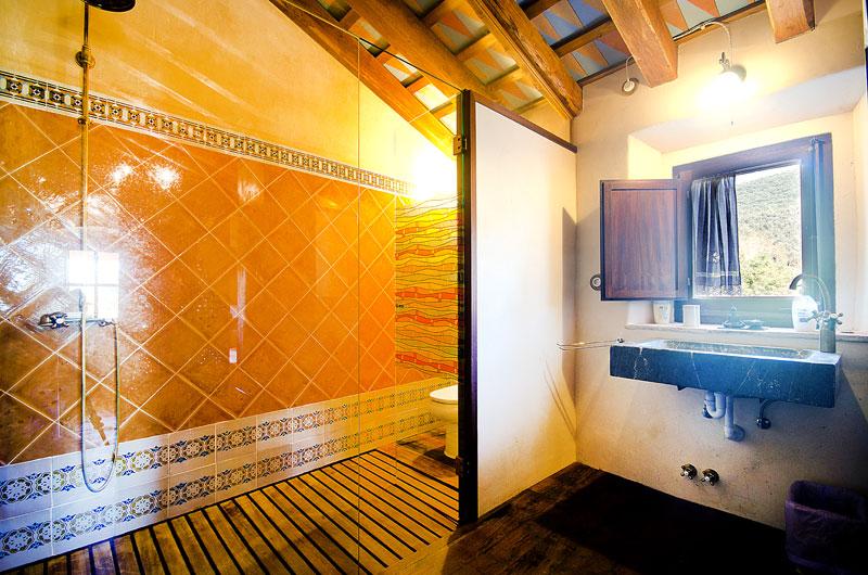 Masia-Restaurada-Cerca-de-Girona-Bano-Suite-1