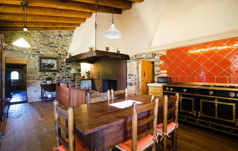 Masia-Restaurada-Cerca-de-Girona-Cocina-General