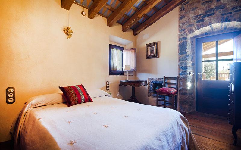 Masia-Restaurada-Cerca-de-Girona-Habitacion-Salida